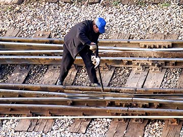 This rail worker faces many dangers every day. If you have been injured while working for a railroad company, call a Sugar Land FELA attorney now.